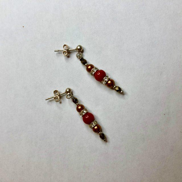 Boucles d'oreilles une perle de 5mm de véritable corail rouge de Méditerranée habillée de cristal de swarovski et perles d'hématite, montées sur clou argent 925/1000