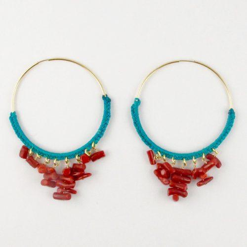 Boucles d'oreilles créoles gold-filled et corail rouge, tressage file de jade bleu