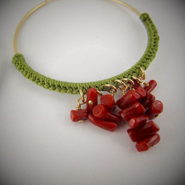 Boucles d'oreilles créoles gold-filled et corail rouge, tressage fil de jade vert