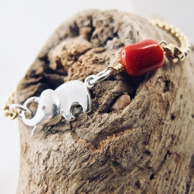 Alliance de l'éléphant et du corail rouge de Méditerranée, symboles bienveillants et protecteurs dans ce bracelet, pour qu'ils puissent libérer toute leur énergie de fortune et de chance dans votre environnement.