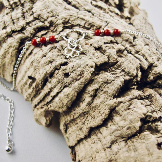 Ce bracelet estcomposé d'une fine chaîne en argent massif et perles 2,5mm de véritable corail rouge de Méditerranée. Un anneau en argent martelé porte le petit charms. A vous de choisir