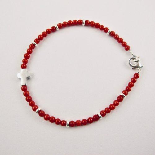Bracelet deperles 2,5mm de véritable corail rouge de Méditerranée, petite croix (9mmx6mm) en argent 925/1000 , anti allergique (sans nickel), avec traitement anti ternissement, monté sur fil câblé, fermoir argent 925/1000