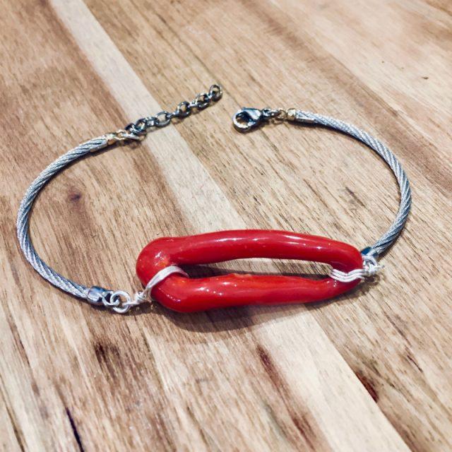 Bracelet semi-rigide en argent 925/100e, or jaune 18 carats et acier avec son anneau de véritable corail rouge de Méditerranée