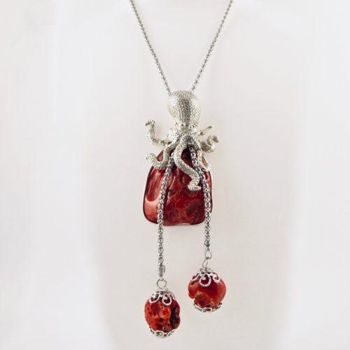 Poulpe en argent massif sur son éclat de véritable corail rouge de Méditerranée, pour ce joli collier sautoir. chaine serpentine en argent 925/1000.