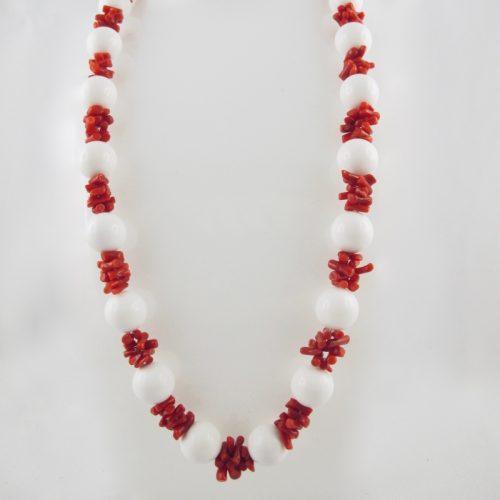 Collier de cuppolini (petits tronçons) de véritable corail rouge de Méditerranée, et perles facetées d'agate blanche