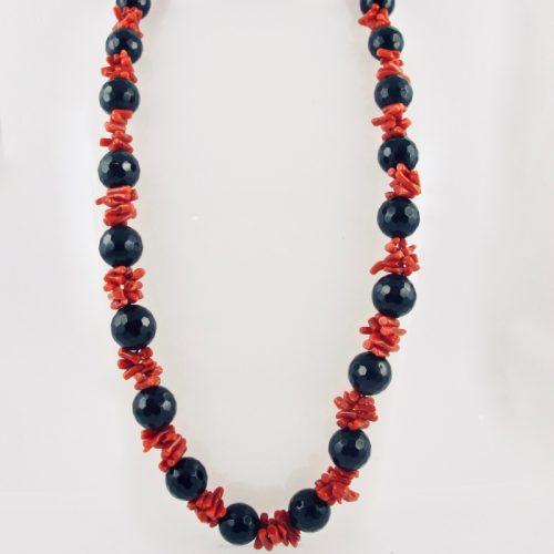Collier de cuppolini (petits tronçons) de véritable corail rouge de Méditerranée, et perles facetées d'onyx.