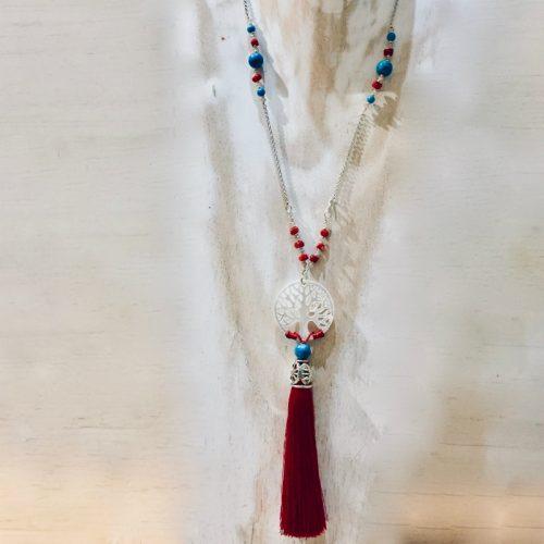 Collier sautoir en argent 925/1000, composé de petites perles de véritable corail rouge de Méditerranée, de perles de turquoise et perles de cristal facetées . Disque de nacre sculpté arbre de vie et pompon rouge