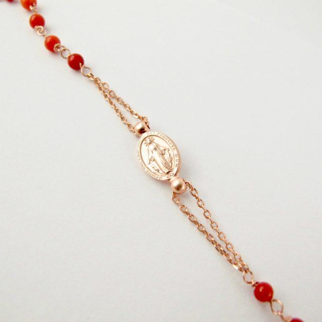 Détail médaille de Lourdes, collier-rosaire corail rouge et argent plaqué or rose