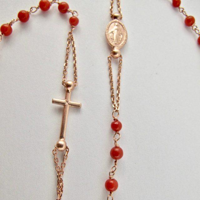 collier rosaire rosso e rosa, détail de la médaille de Lourdes et de la croix