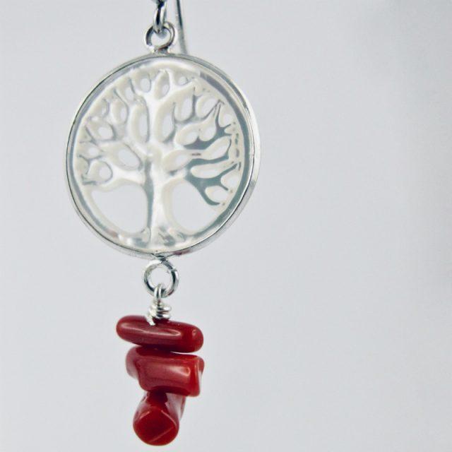 Boucles d'oreilles Bodhisattva. Arbre de vie sculpté dans un disque de nacre blanche serti d'argent massif et perles (cuppolini) de corail rouge de Méditerranée.