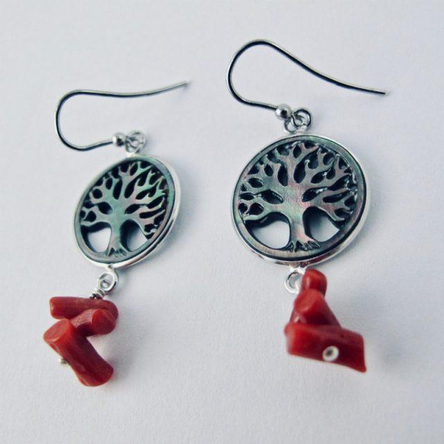 Boucles d'oreilles Ashvattha . Arbre de vie sculpté dans un disque de nacre black lip serti d'argent massif et perles (cuppolini) de corail rouge de Méditerranée.