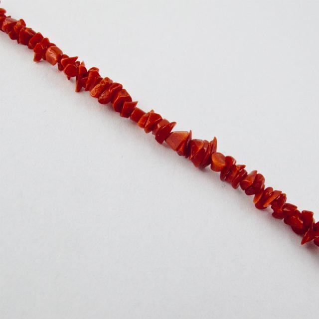 Bracelet de petits éclats de véritable corail rouge de Méditerranée, monté avec fermoir argent 925/1000e.