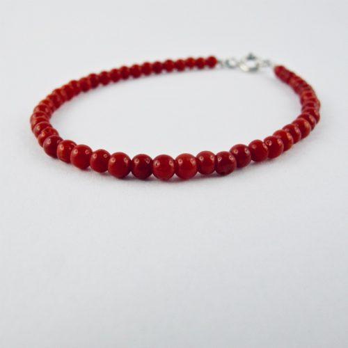 Bracelet de petites perles rondes de 3 mm de véritable corail rouge de Méditerranée, monté avec fermoir argent 925/1000e.
