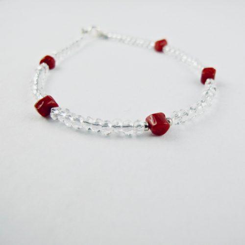 Bracelet de petites perles de cristal facettées de 4 mm et de véritable corail rouge de Méditerranée,enfilées sur fil câblé et monté avec fermoir argent 925/1000e.