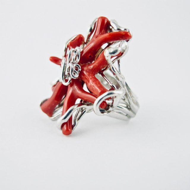 Bague reef corail,unionde 5 petites petites branches de véritable corail rouge de Méditerranée, en un petit récif en argent massif 925/1000ème.