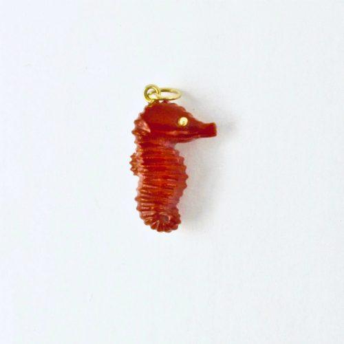 Pendentif hippocampe en corail rouge et or 750/1000e