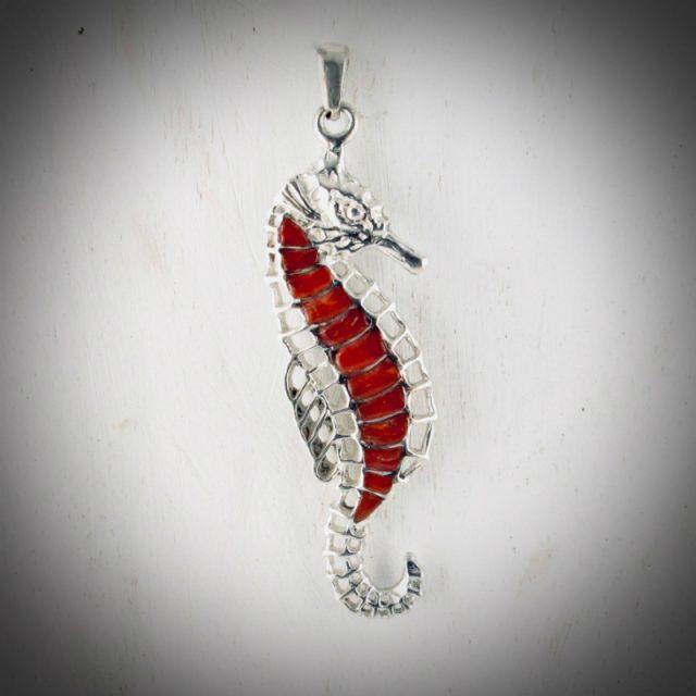 Pendentif hippocampe en véritable corail rouge de Méditerranée, travaillé en marqueterie sur argent massif 925/1000e ciselé