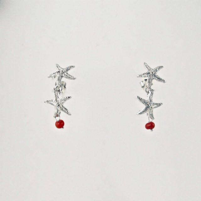 Boucles d'oreilles stelle, deux petites étoiles en argent massif et leur perle de véritable corail rouge de Méditerranée, monté sur clou argent
