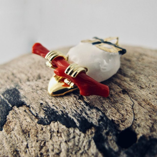Pendentif Gufo Bianco, petite chouette enserrant une branche de véritable corail rouge de Méditerranée.