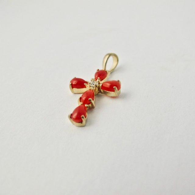 Pendentif croix méditerranéenne en véritable corail rouge de Méditerranée et argent plaqué or.