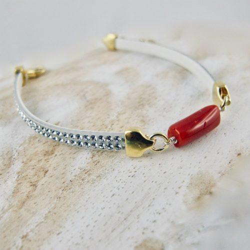 Bracelet miss Swaro, véritable corail rouge de Méditerranée et cristal de swarovski, sur argent 925/1000 plaqué or 18 carats (vermeil). Deux délicates rangées de pierres couleur caramel sont serties sur un ruban silicone au rendu velouté, ornant une barrette de corail rouge