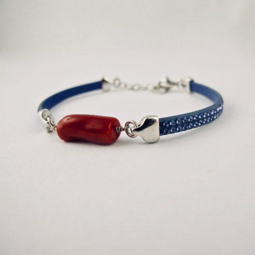 Bracelet miss Swaro, véritable corail rouge de Méditerranée et cristal de swarovski, sur argent 925/1000. Deux délicates rangées de pierres couleur caramel sont serties sur un ruban silicone au rendu velouté, ornant une barrette de corail rouge