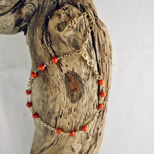 Bracelet perlina très fin et délicat composé de petites perles de véritable corail rouge de Méditerranée de 4mm et argent 925/1000 plaqué or 18 carats (vermeil)