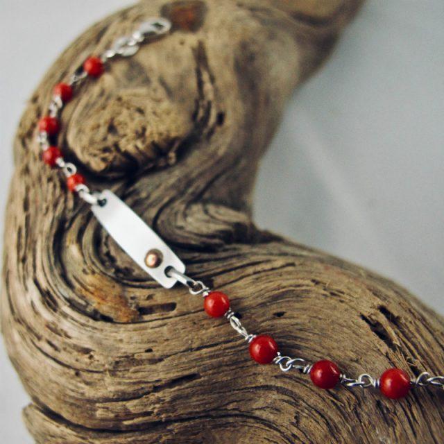 Bracelet gourmette de petites perles de 4mm de véritable corail rouge de Méditerranée, et plaque argent 925/100e rhodié prête à graver