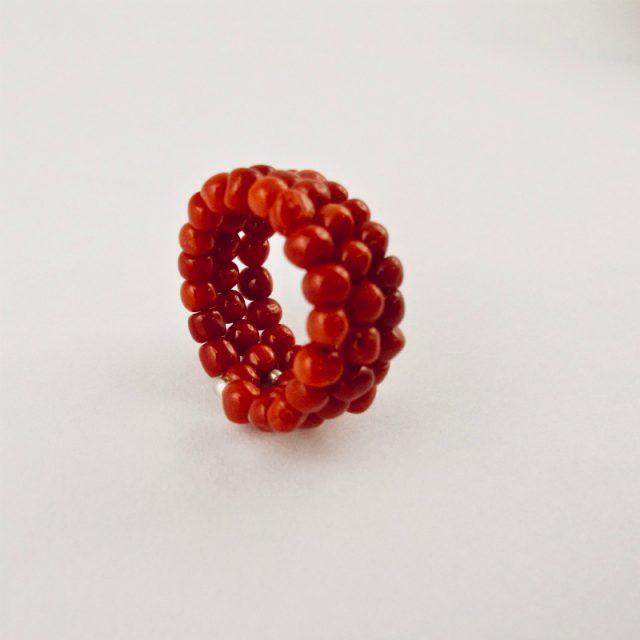 Bague corail fil mémoire, petites perles de 4 mm de diamètre de véritable corail rouge de Méditerranée sur fil métallique à mémoire de forme, sur 3 rangs, terminés par petite tulipe en argent 925/100e