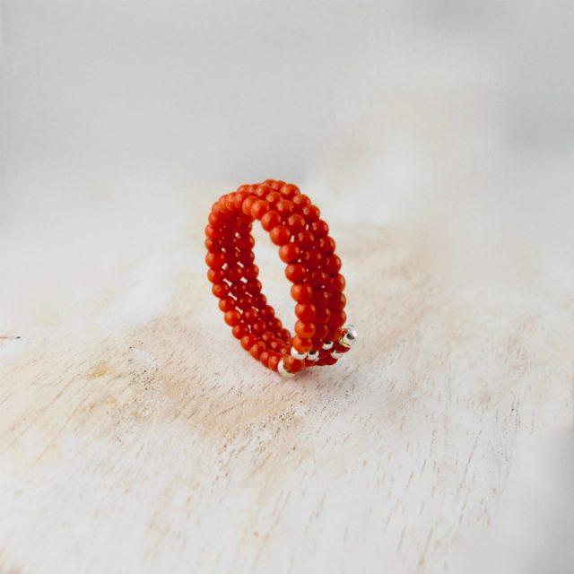 Bague corail fil mémoire, petites perles de 2 mm de diamètre de véritable corail rouge de Méditerranée sur fil métallique à mémoire de forme, sur 3 rangs, terminés par petite tulipe en argent 925/100e
