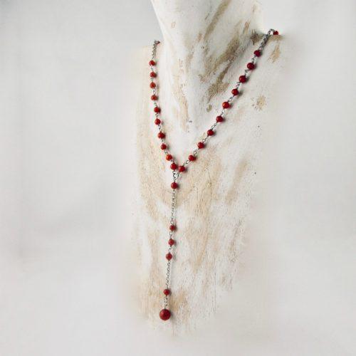 Collier sautoir en argent 925/1000, très fin et délicat composé de petites perles de véritable corail rouge de Méditerranée de 3 mm, avecsa perle 6 mm suspendue