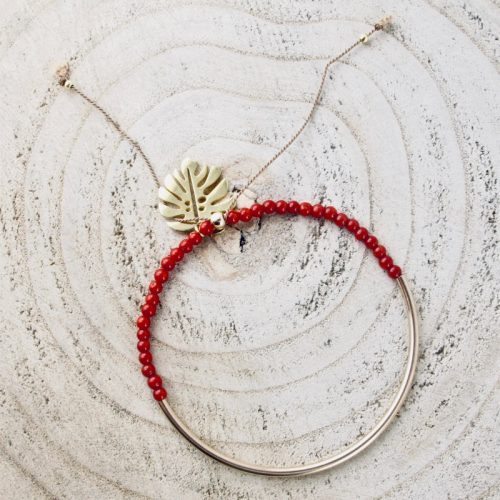 Bracelet felicità, composé de perles 2,5 mm de véritable corail rouge de Méditerranée, montées sur fil de soie, tube demi-jonc et sequin feuille de philodendron en gold-filled.