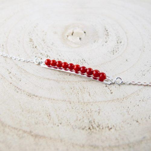Bracelet gourmette de perles, composé de perles 2,5 mm de véritable corail rouge de Méditerranée, délicatement enchâssées dans une plaque ajourée 30mm x4mm, en argent 925/1000e
