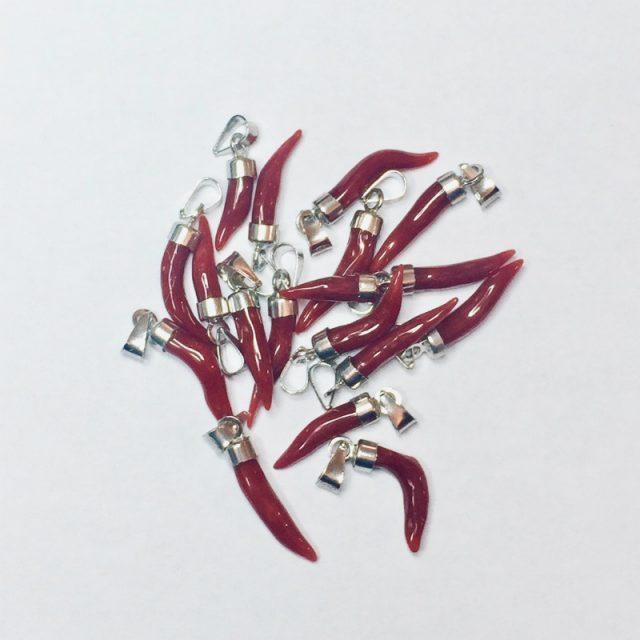 pendentif petite corne en véritable corail rouge de méditerranée, montage argent 925/1000